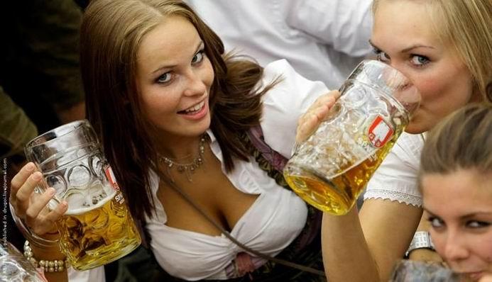 Море девушек и море пива (32 фотографии)