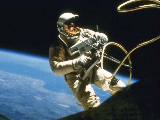 Первый в истории выход в открытый космос история