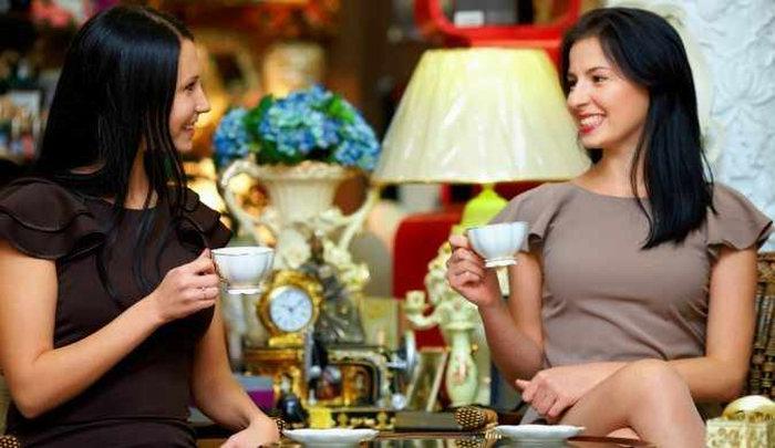 Кафе. За столиком сидят Даша и Маша. Девушки доедают десерт