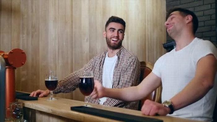 Сидят два друга, пьют вино