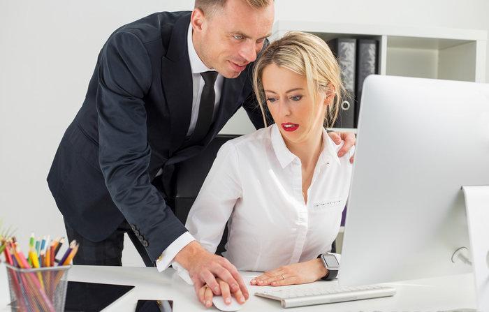 Начальник принимает на работу секретаршу