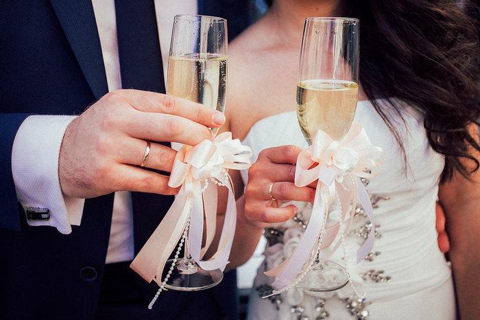 Бокал шампанского превращает Елену Прекрасную