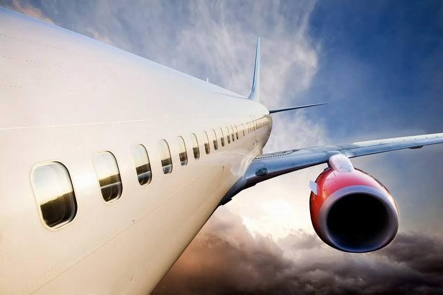 Пассажирский лайнер на высоте 11000 метров над землёй