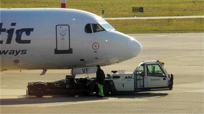 Аэропорт. Диспетчер даёт разрешение на взлёт