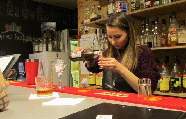 Юлечка-барменша