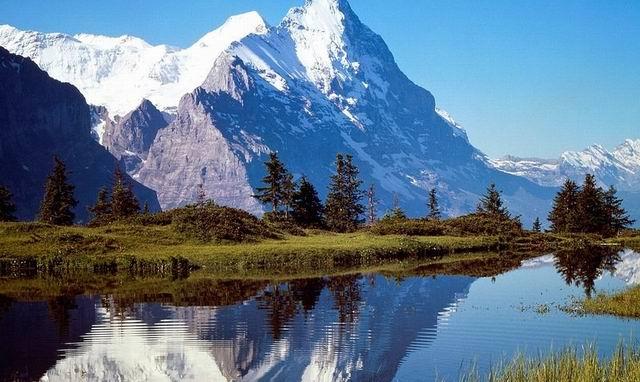 Приехал турист в швейцарские Альпы. Остановился в отеле на берегу горного озера