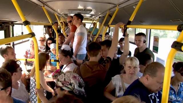 Автобус, стоят все прижатые друг к другу настолько плотно, что аж интимно