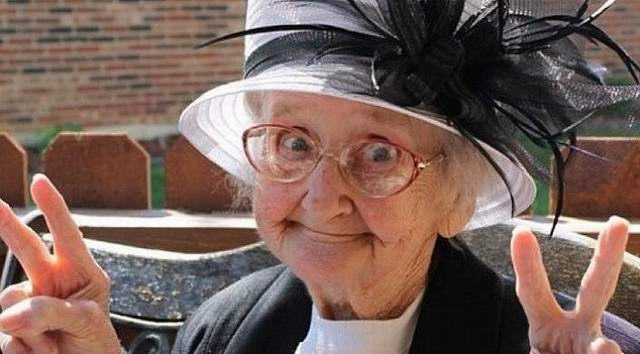 Бабушка на базаре торгует яблоками