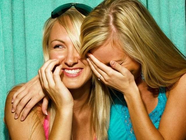 Две блондинки болтают про своих парней