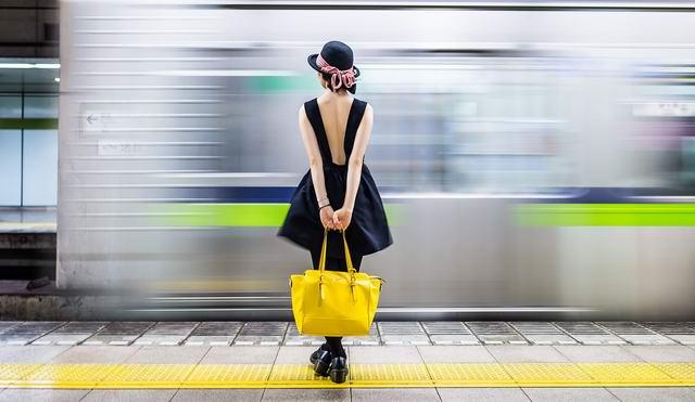 Стоит девушка на остановке, вся такая в коже обтягивающей, ждет автобуса