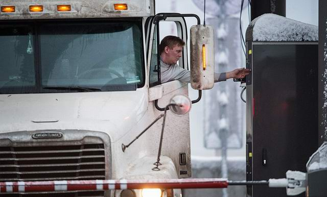 Водитель фуры на каждом светофоре выскакивает и лупит палкой по кузову