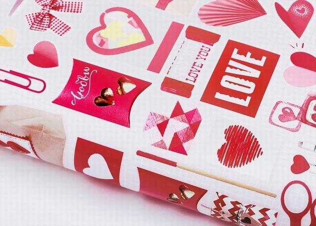 В отделении почты мужчина средних лет ставит штампик С любовью на розовые конверты
