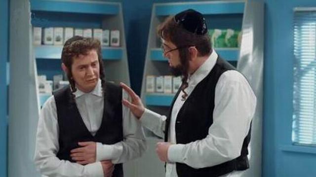 Старый еврей приходит к раввину и жалуется на попугайчика-девочку