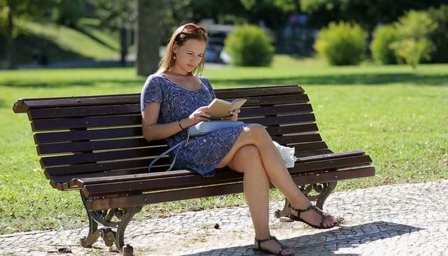 В парке, к сидящей на лавочке женщине средних лет, подсаживается мужик