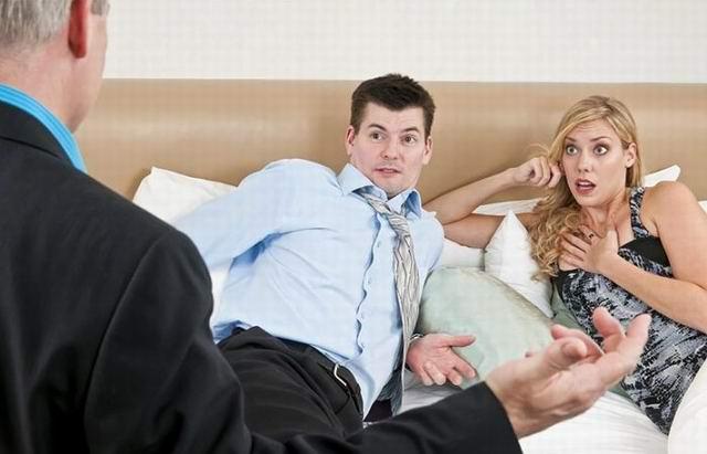 Муж застает жену в постели со своим лучшим другом