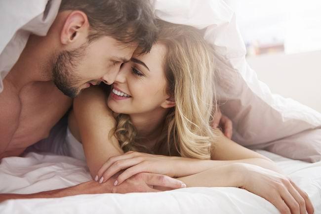 Женщина лежит в постели с любовником. Вдруг раздается звонок в дверь