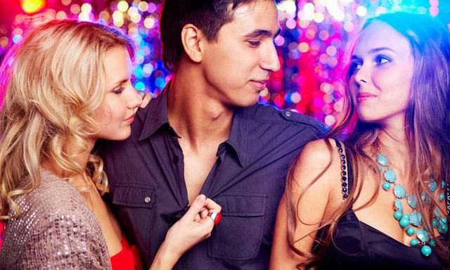 Мужчина заходит в бар, подсаживается к двум ослепительно красивым девушкам