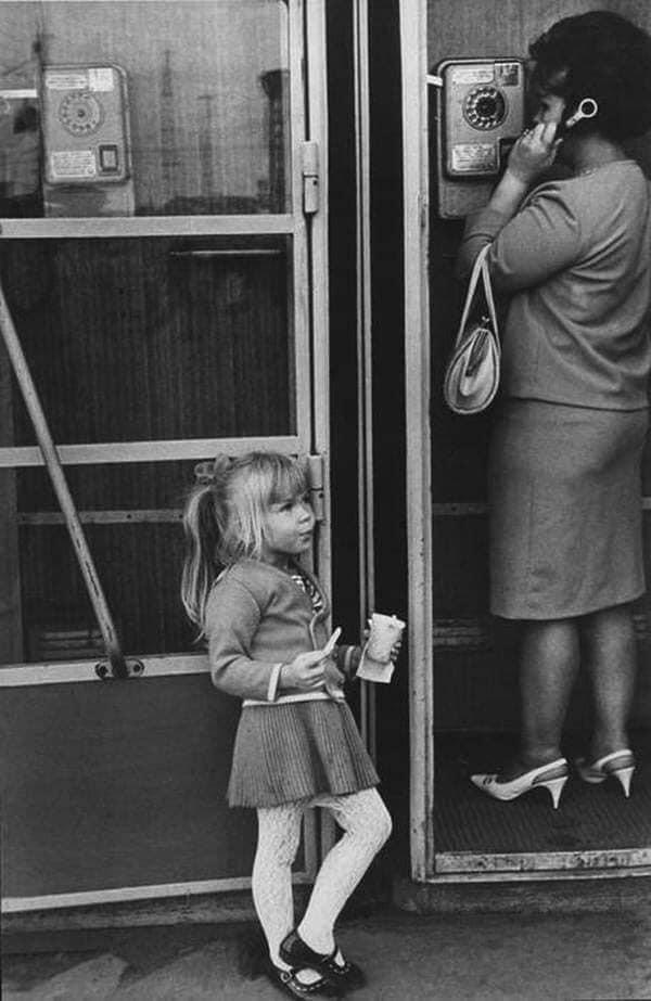 На автобусной остановке мама с дочкой