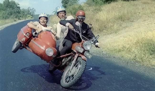Два оторванных друга ехали на мотоцикле с коляской на пьянку. Останавливает их гаишник