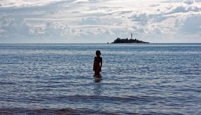 Однажды, обходя окрестности Онежского озера, отец Онуфрий обнаружил обнаженную Ольгу