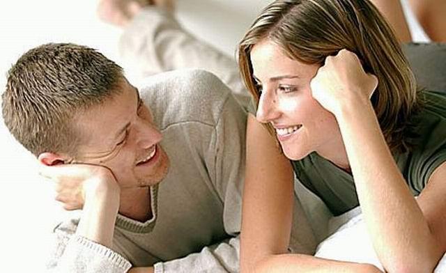 Муж с женой лежат в кровати
