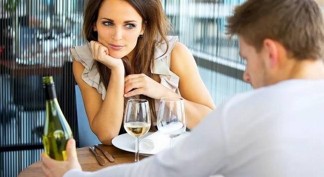 После непродолжительного знакомства мужчина приглашает девушку к себе в гости