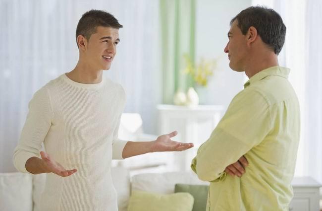 В комнату к сыну-студенту заходит отец и просит...