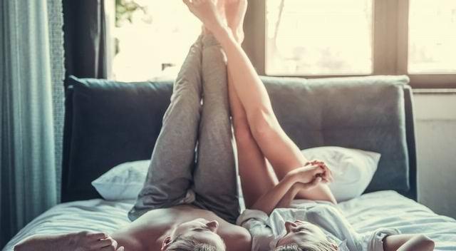 В постели лежат супруги. Муж начинает тискать жену