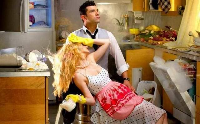 Жена просит мужа поменять лампочку, починить дверь и кран
