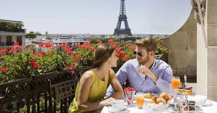 Кафе в Париже, за столиком сидит женщина, к ней подходит мужчина