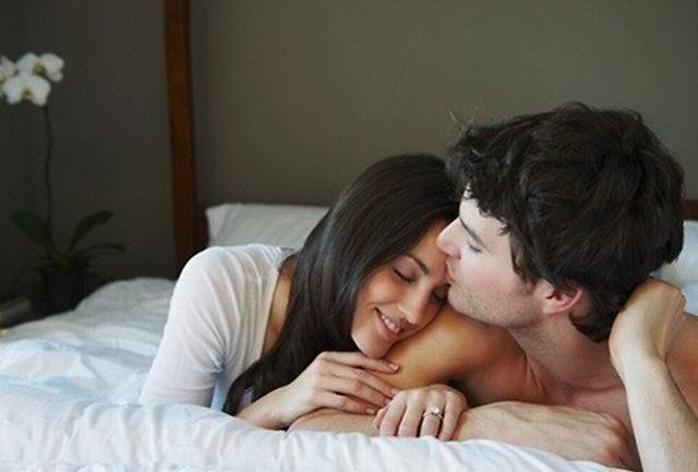 Лежат двое в постели, она ему говорит