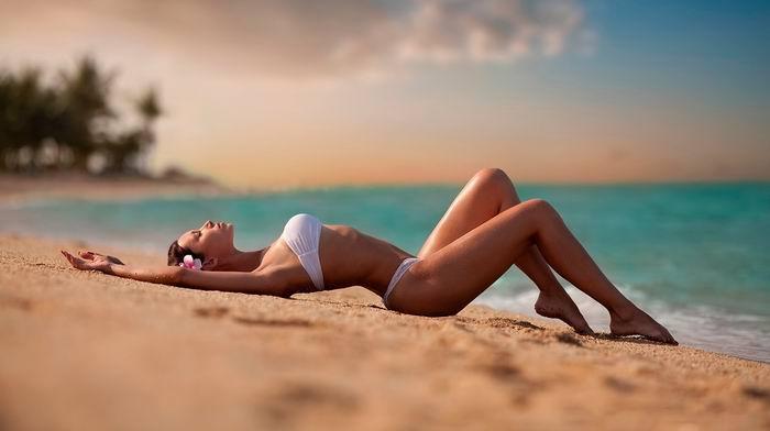 Лежит мужик в Сочи на пляже, загорает. Совсем рядом нежится красивая девушка