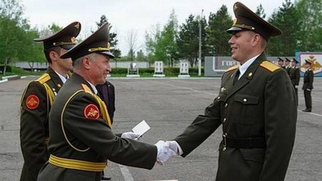 Молодой офицер-выпускник возвращается из Москвы