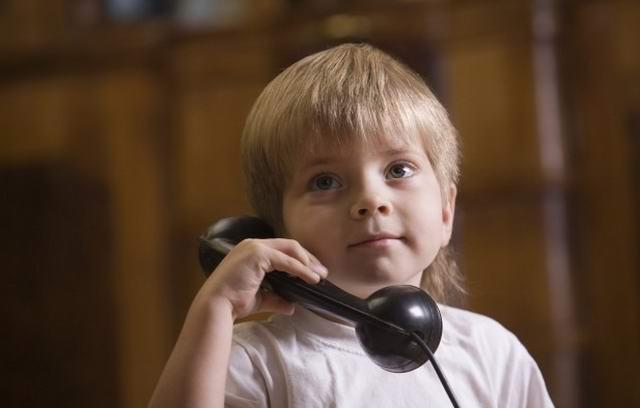 В квартире раздается звонок. Мальчик снимает трубку
