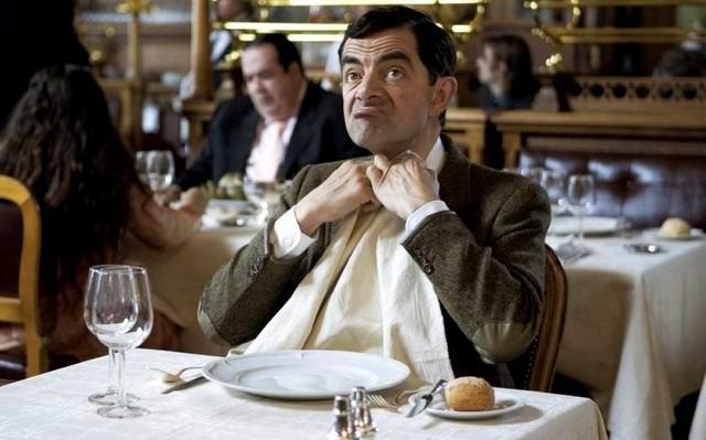 Сидит мужчина в хорошем ресторане