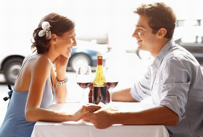 Муж и жена обедают