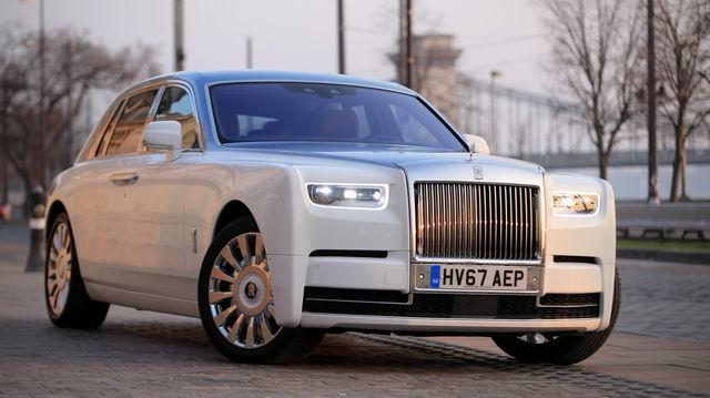 Старая леди пытается припарковать свой здоровенный Rolls-Royce