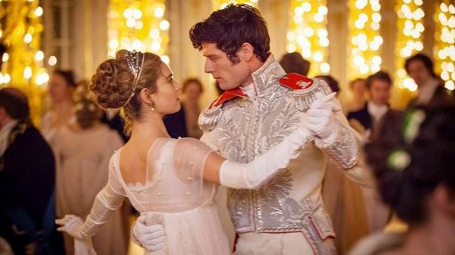 Танцует поручик Ржевский с Наташей Ростовой и заходят за колонну
