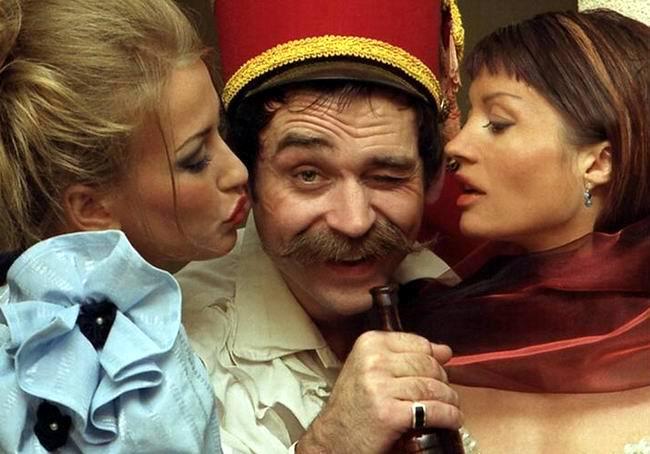Пьяный поручик Ржевский врывается в офицерский клуб