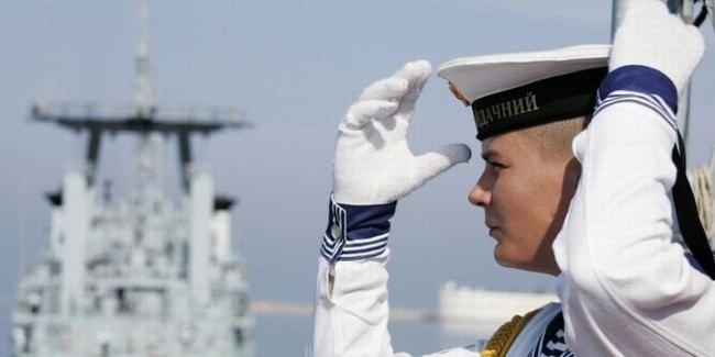 Журналист берет интервью у моряка дальнего плавания