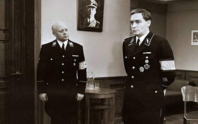 Штирлиц вскрыл сейф Бормана