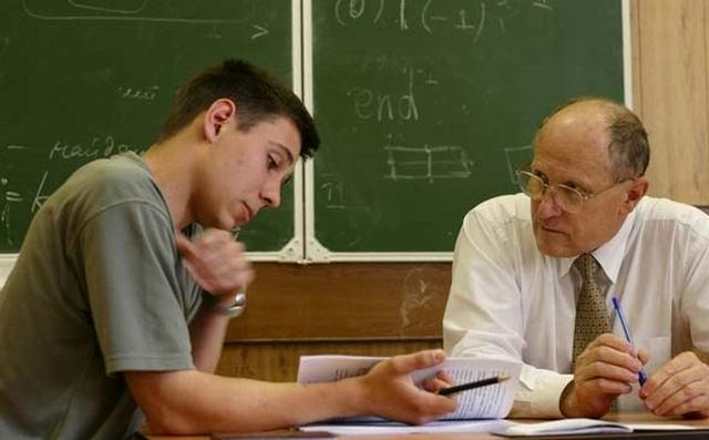 Преподаватель на экзамене обращается к студенту