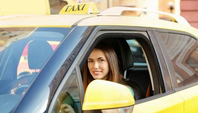Садится девушка в беспилотное такси