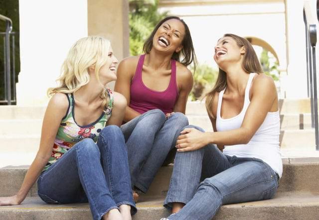 Разговаривают три подруги