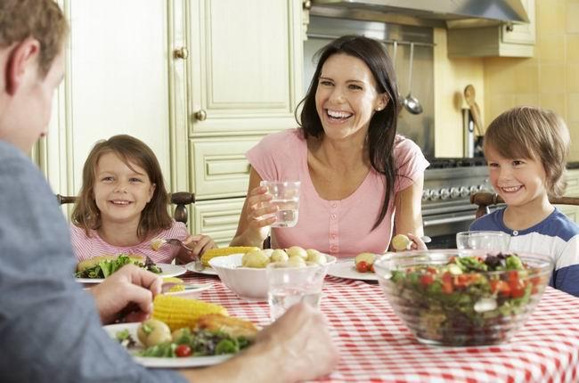 Семейный ужин, сын спрашивает отца, какие бывают женские груди