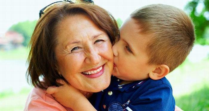 По улице идет бабушка с внуком