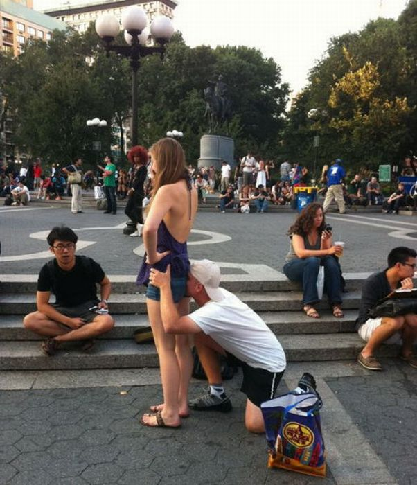 у девушки на улице из жопы торит фото