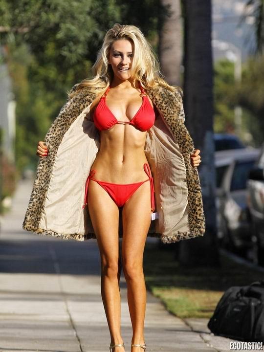 Скандально известная модель Courtney Stodden в сексульном красном бикини (18 фото)