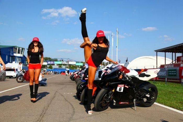 Девушки и мотоциклы (84 фотографии)