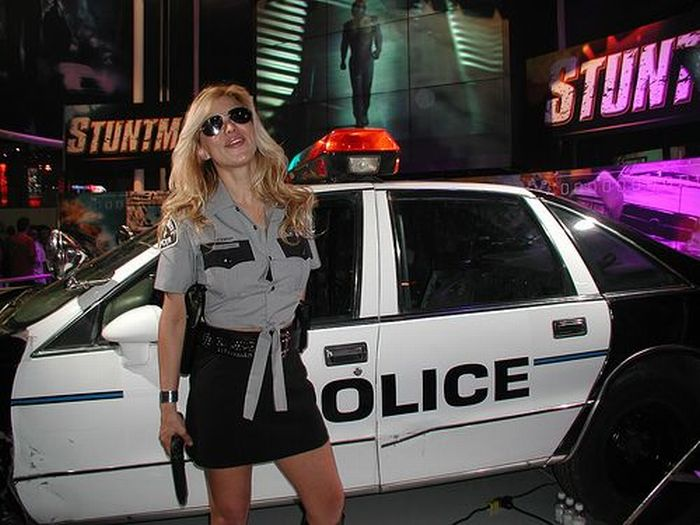 Полицейский во время ночного патрулирования